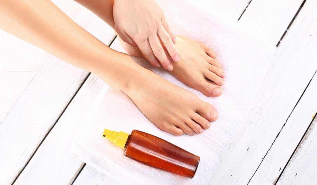 Does vinegar kill foot fungus?